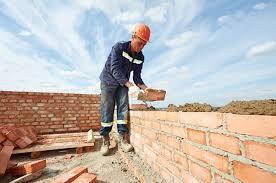 Một bác thợ xây đang làm việc