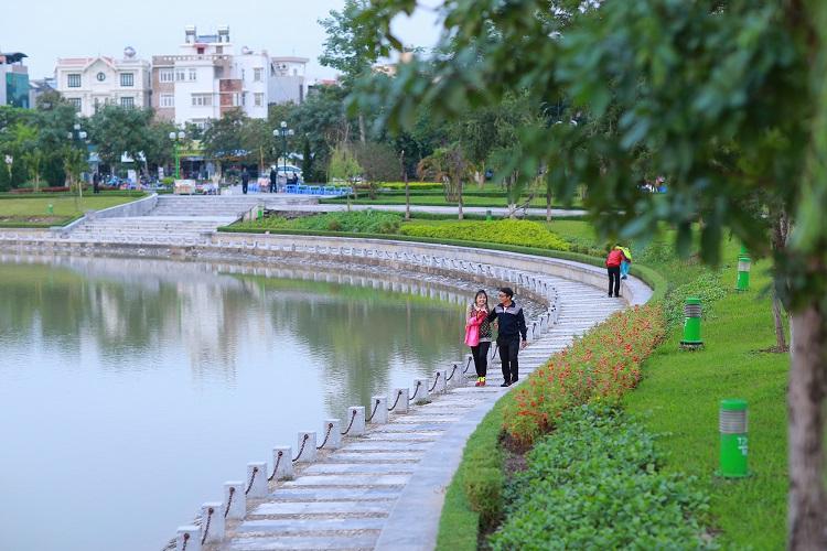 Hãy tả cảnh một buổi chiều trong công viên.