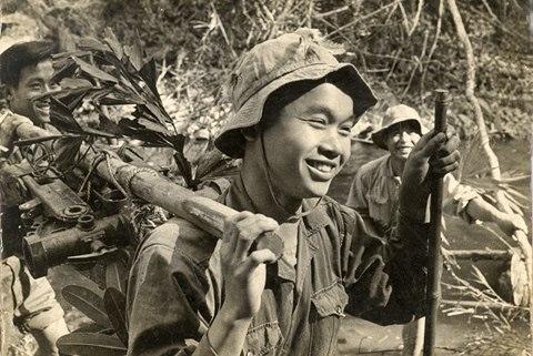 """Vẻ đẹp của người lính trong bài thơ """"Tây Tiến"""" của Quang Dũng"""